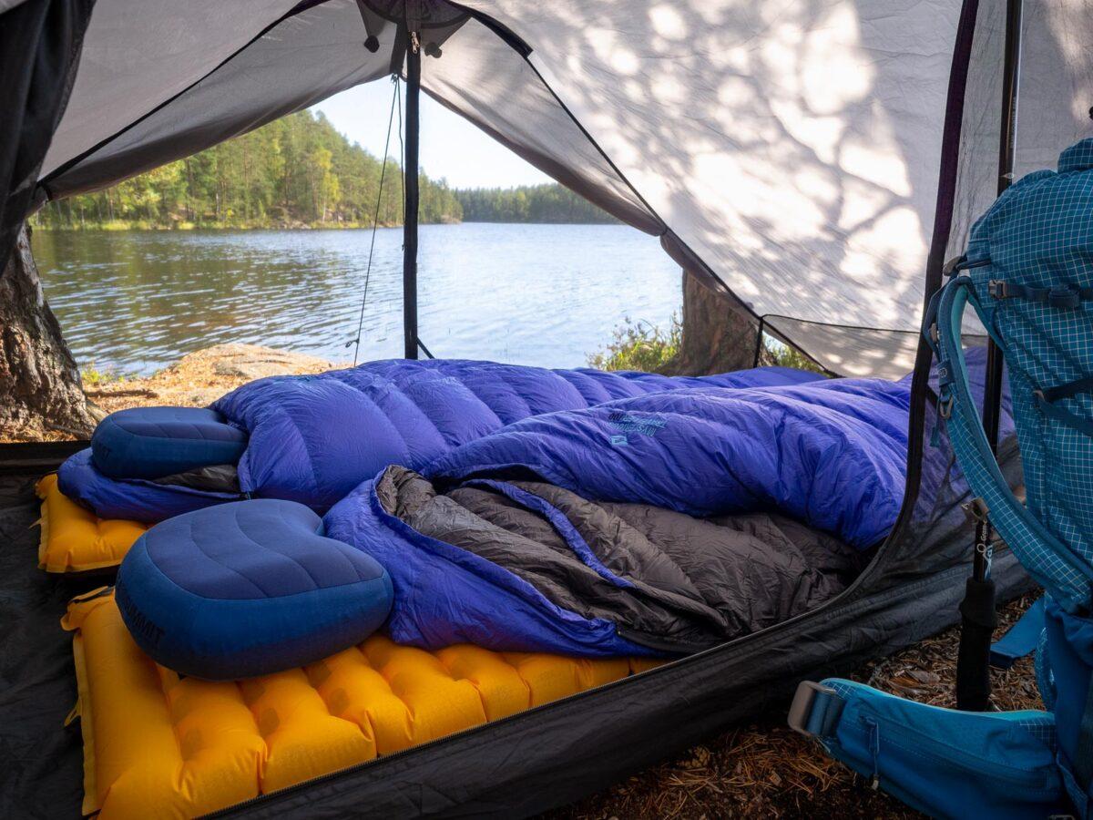 Vaellusvarusteet vaellusmatkoilla. Sisältää teltat, makuupussit ja -alustat, tyynyt, rinkat ja kaiken muun tarvittavan.