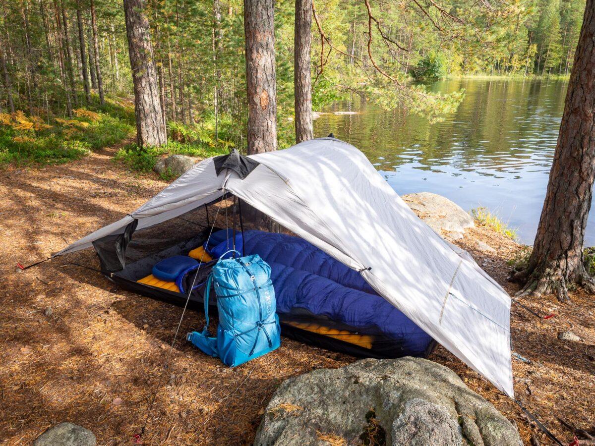 Lainattavat vaellusvarusteet, kuten rinkat, teltat sekä makuupussit ja -alustat.